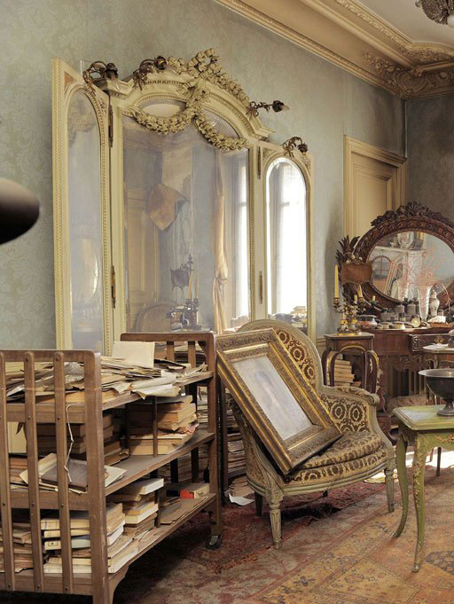perfectly-preserved-paris-apartment-discovered-after-70-years-with-valuables-and-paintings-1