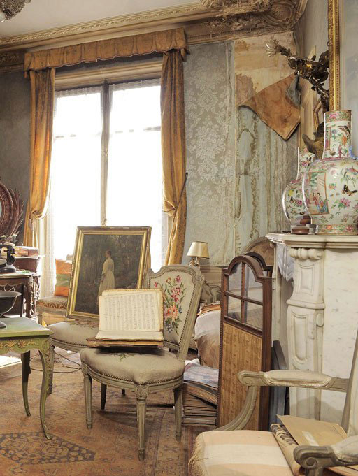 perfectly-preserved-paris-apartment-discovered-after-70-years-with-valuables-and-paintings-2