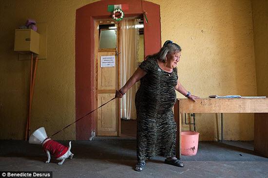 Canela er áttræð og er elsti vistmaður elliheimilisins, en saga hennar er þyrnum stráð og lituð sorg. Hún er með Downs Syndrome, með hjarta úr gulli og er eftirlæti allra sem heimilið hýsir.