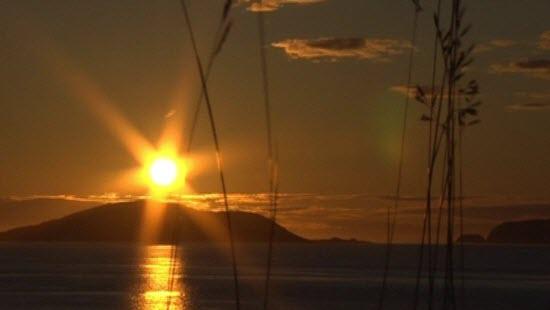 Falleg er hún, miðnætursólin á Svalbarða: Mynd - ARILD MOE / NRK