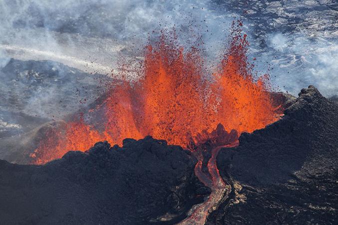 PhotosOf-Volcano-Erupting-In-Iceland-1