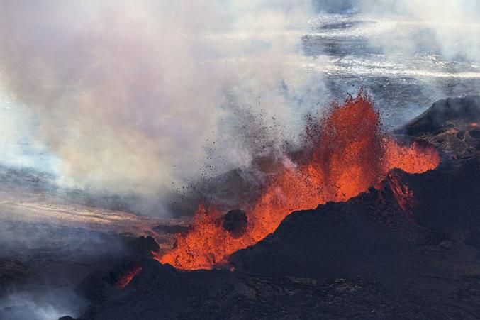 PhotosOf-Volcano-Erupting-In-Iceland-2
