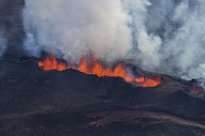 PhotosOf-Volcano-Erupting-In-Iceland-3