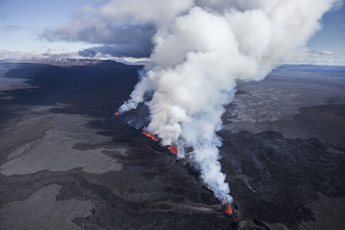 PhotosOf-Volcano-Erupting-In-Iceland-4