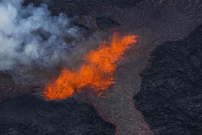 PhotosOf-Volcano-Erupting-In-Iceland-5