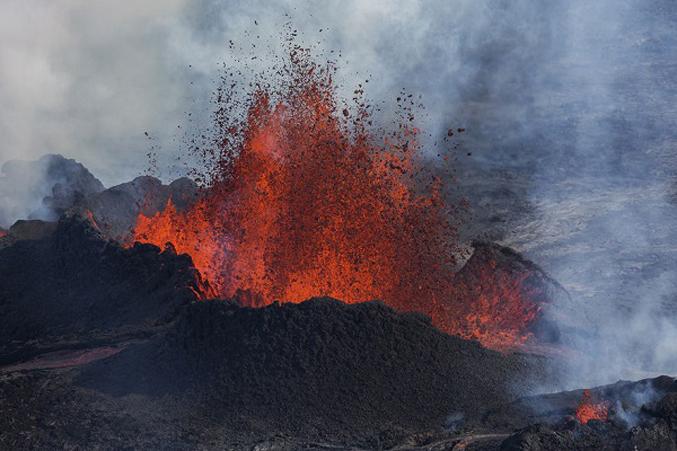 PhotosOf-Volcano-Erupting-In-Iceland-6
