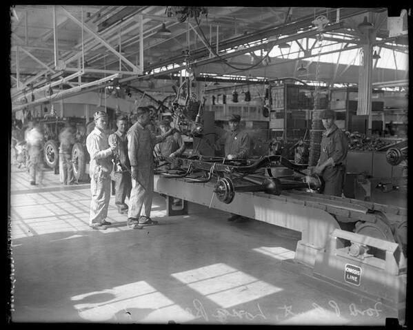 07-The-first-car-factory-in-US-Ford-Inc-1926