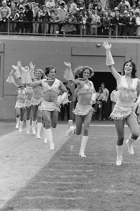08-Robin-Williams-joining-the-cheerleaders-team-1980