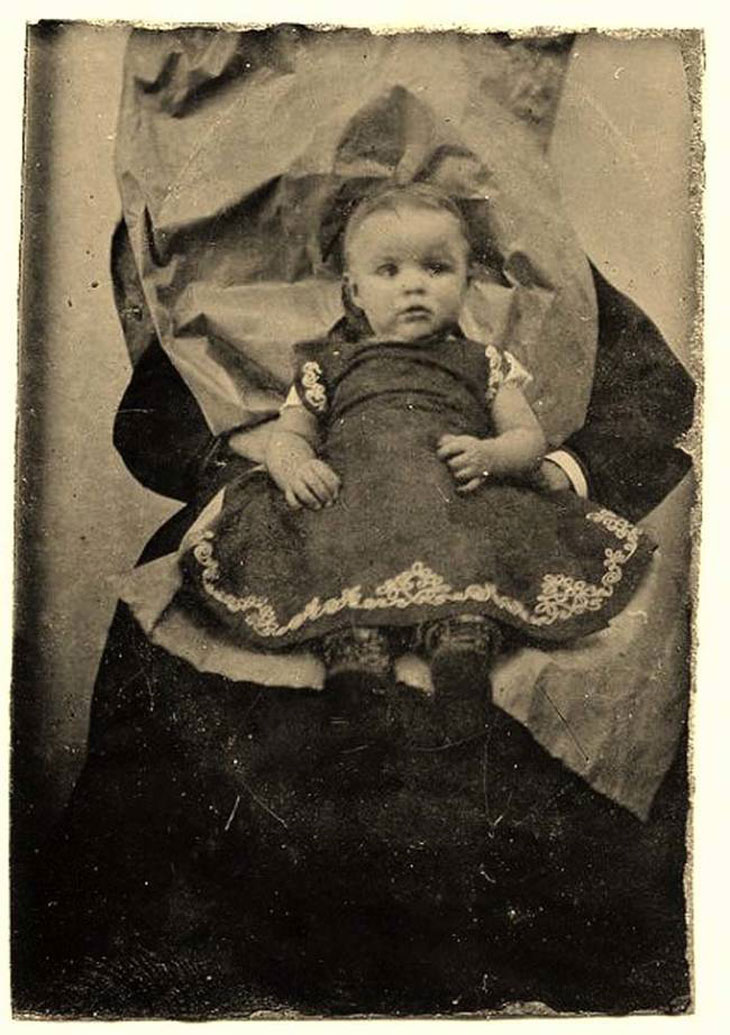 cool-post-mortem-photographs-holding-baby