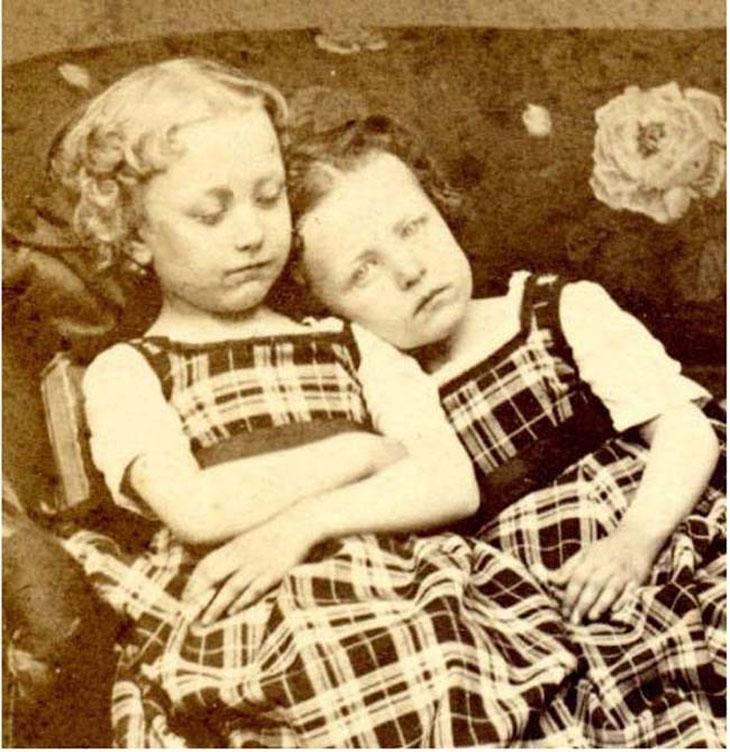 cool-post-mortem-photographs-sisters-creepy