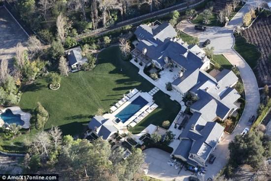 Kim_and_Kanye_new_mansion-e1420555792822