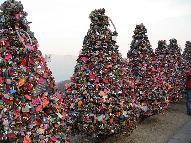 Love_padlock_N_Seoul_Tower