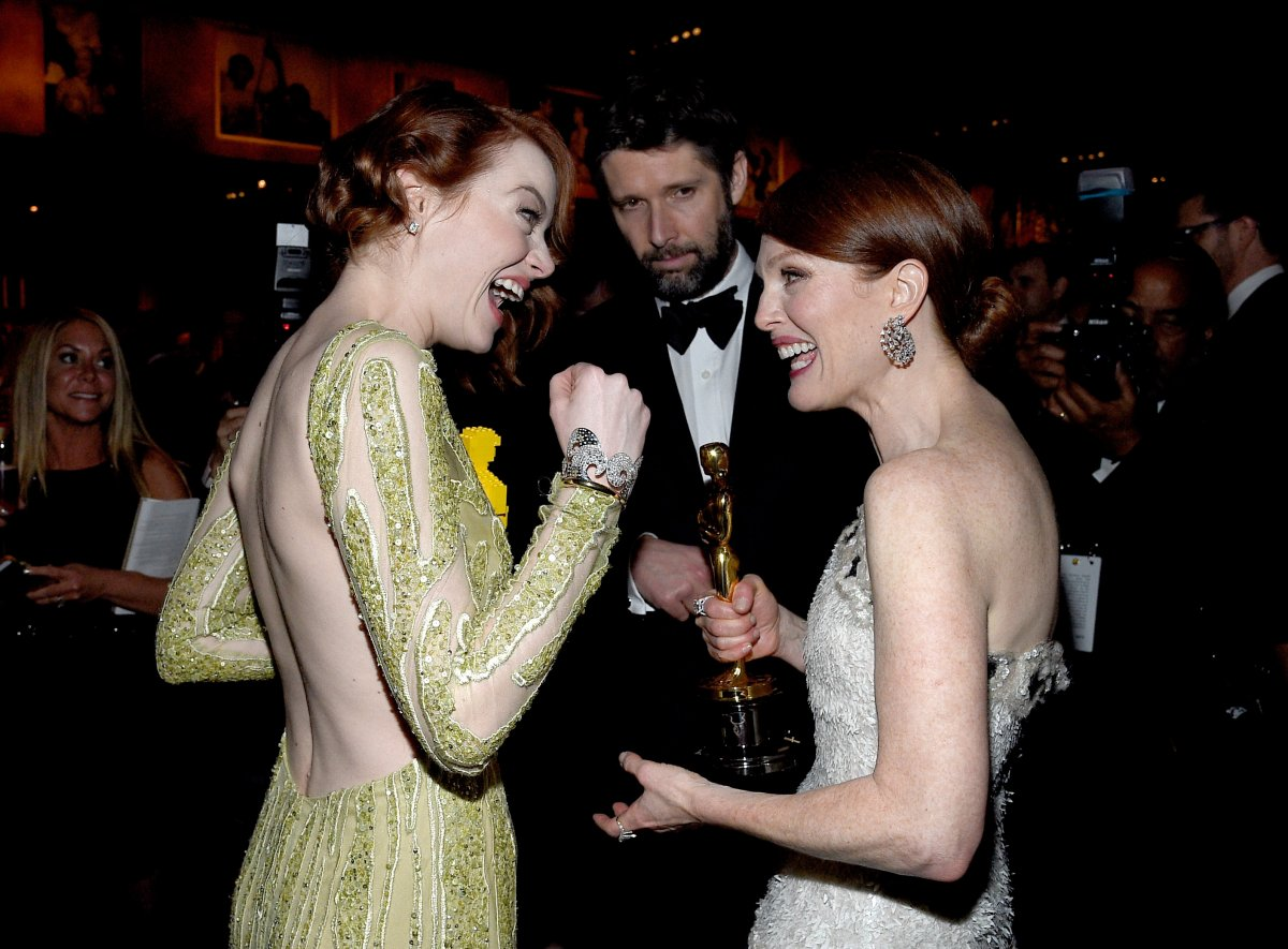 emma-stone-was-pretty-stoked-for-julianne-moores-win-too