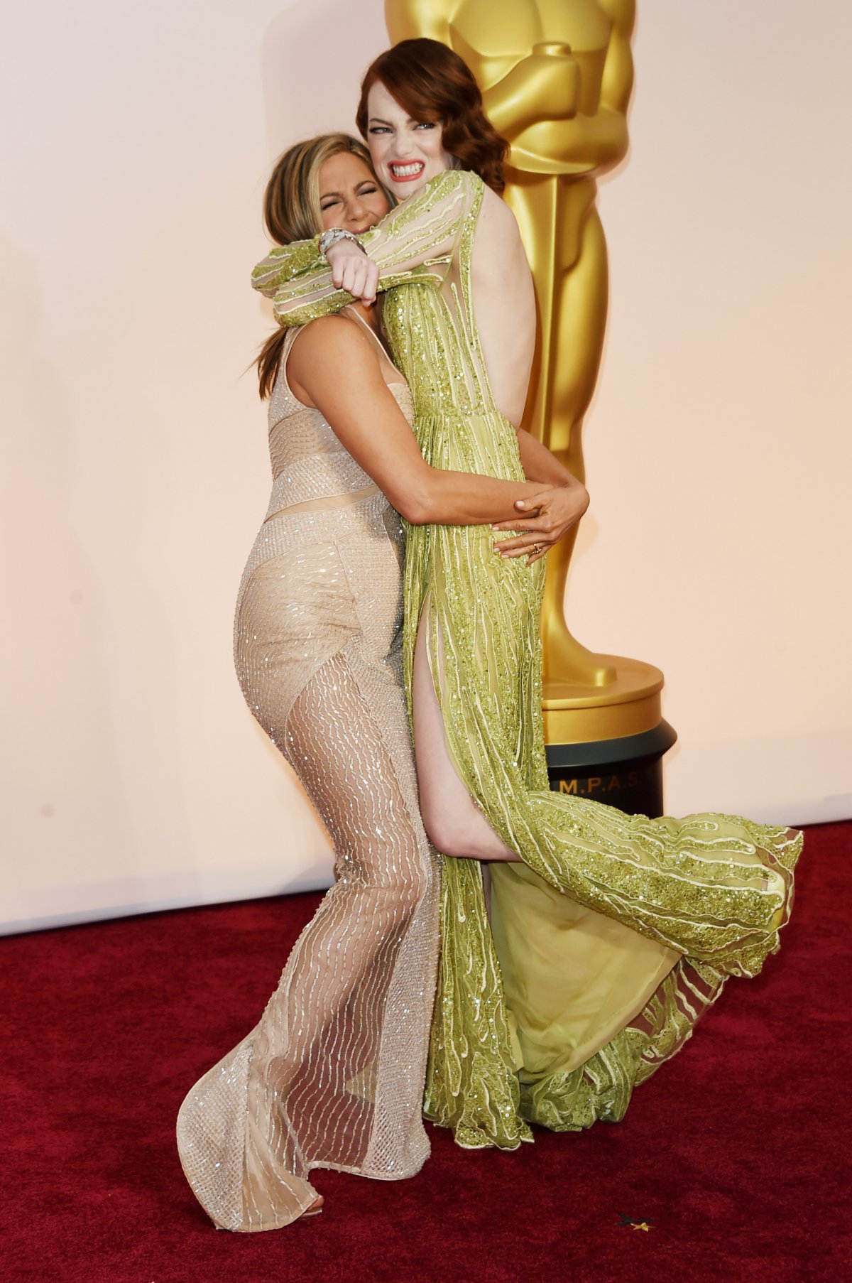 emma-stone-was-really-excited-to-see-fellow-oscar-nominee-jennifer-aniston-on-the-red-carpet