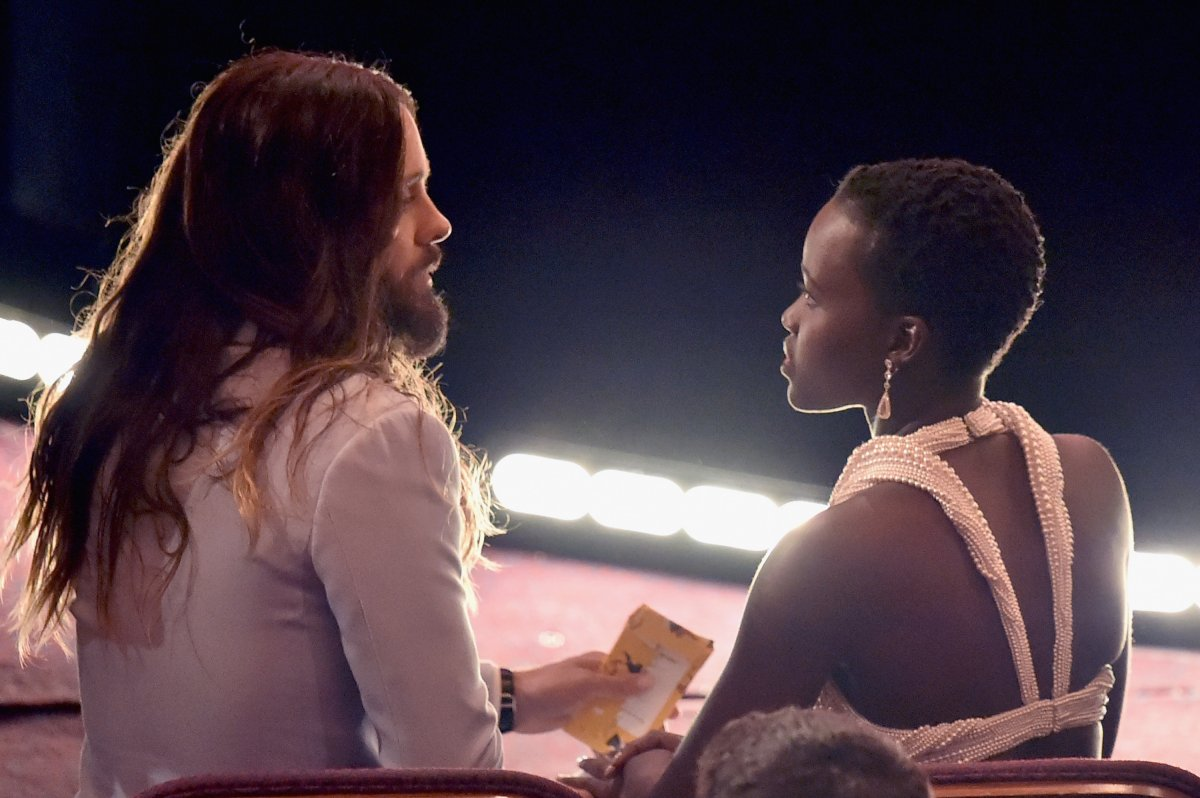 last-years-oscar-winners-jared-leto-and-lupita-nyongo-caught-up-during-the-show