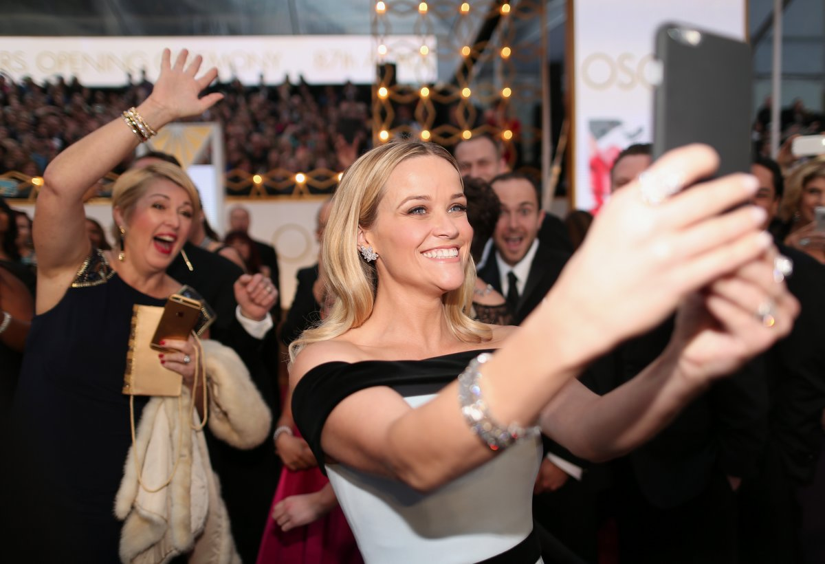 while-reese-witherspoon-was-really-excited-to-take-selfies-with-fans