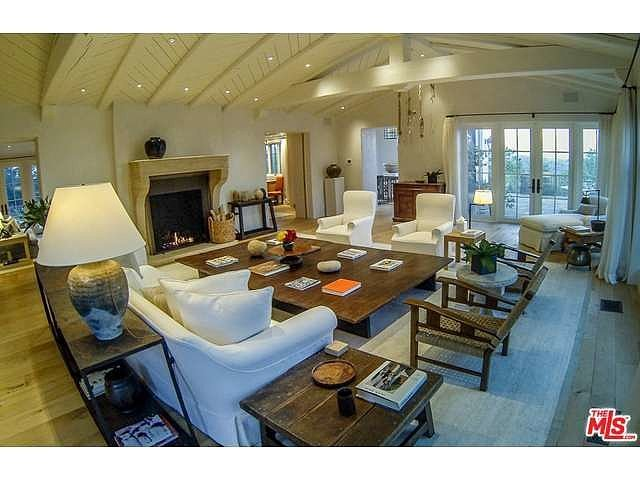 living-room-vaulted-ceilings-exposed-beams-extralarge