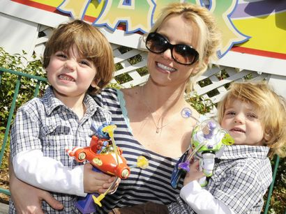 Britney_Spears_with_kids_fct1188x892x1x444_t410