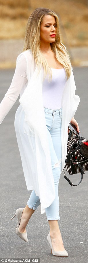 2A291CD800000578-3146753-Light_and_summery_Khloe_strutted_her_stuff_in_pale_jeans_a_white-a-143_1435807250697