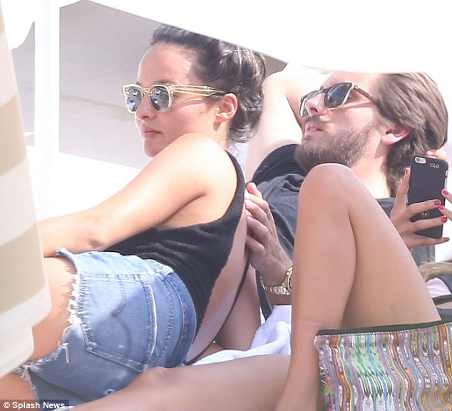2A2E561600000578-3147710-Look_away_Kourtney_Scott_Disick_put_his_arm_around_fashion_styli-m-89_1435873801669