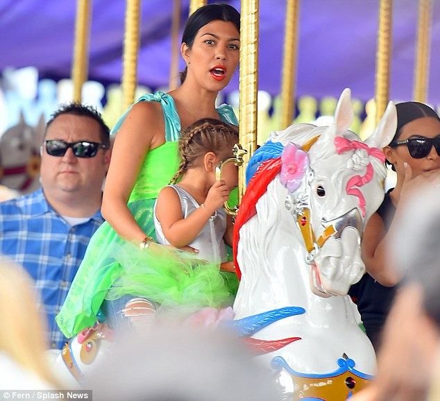 2A5BAC4C00000578-3153637-Leaving_her_problems_behind_Kourtney_Kardashian_took_her_daughte-m-12_1436397048121