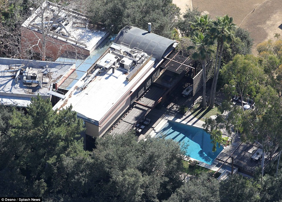 2AACF90200000578-3167319-Aerial_photo_of_Demi_s_Beverly_Hills_home_There_was_reportedly_a-a-3_1437339187368