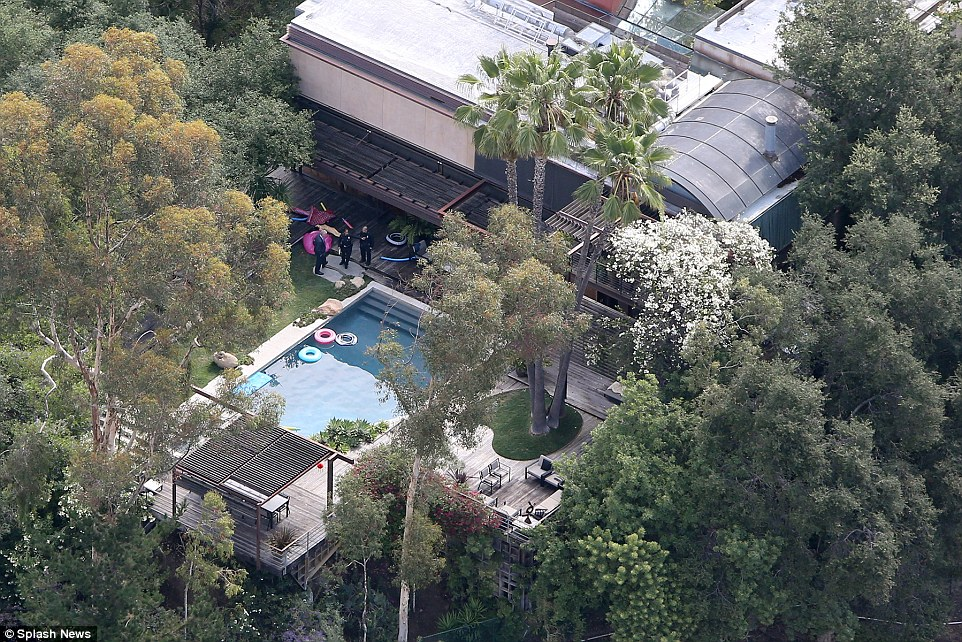 2AAD5CC500000578-3167319-Police_can_be_seen_standing_near_the_pool_in_Demi_s_Beverly_Hill-a-1_1437339187353