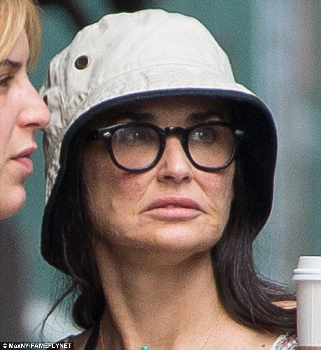 2ABA2DF500000578-3169750-Tired_The_52_year_old_looked_weary_as_she_emerged_in_a_hat_spect-m-72_1437501650856