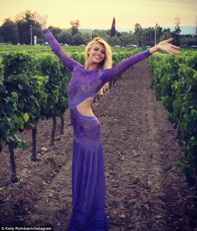 2AF5ABAB00000578-3179886-Lovely_in_lilac_Kelly_stunned_in_a_cut_out_Roberto_Cavalli_gown_-m-127_1438256163445