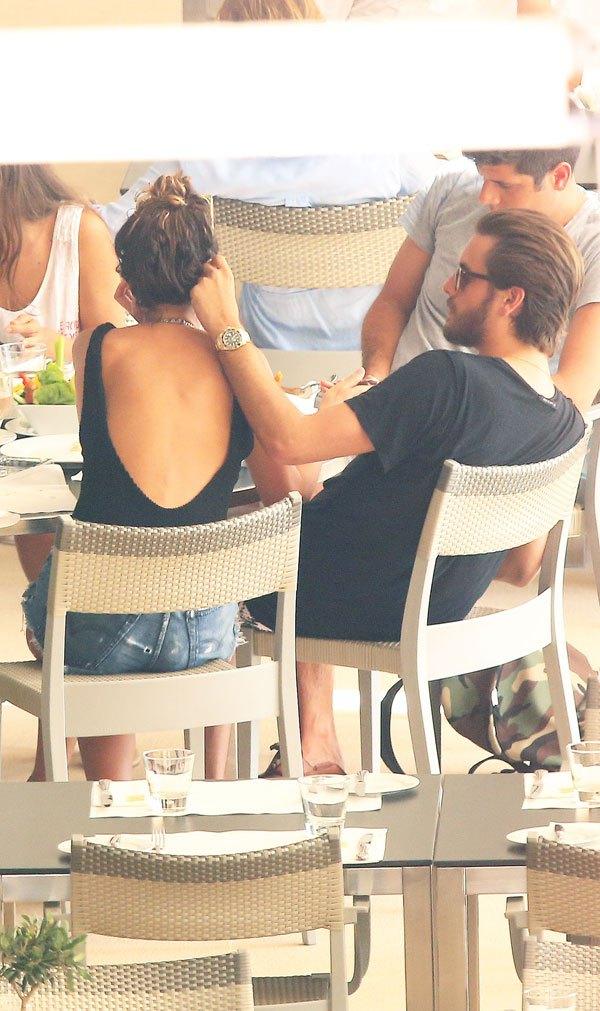 chloe-bartoli-scott-disick-cheating-mystery-woman-beach-cozy-kourtney-kardashian-la-kids-spl-13