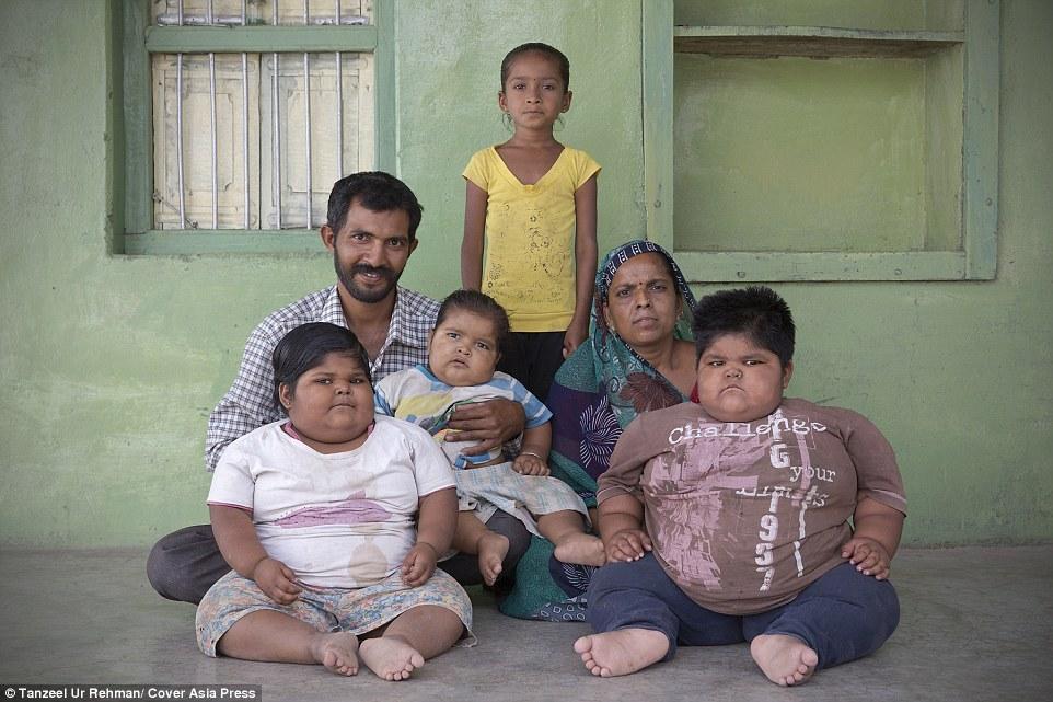 279AE67800000578-3040673-Family_Rameshbhai_Nandwana_left_34_and_Pragna_Ben_back_right_30_-a-52_1429131827723