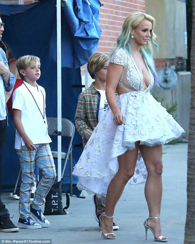 2B6DF92800000578-3200502-Strutting_her_stuff_Britney_showed_off_her_shapely_pins_in_silve-m-64_1439793984432
