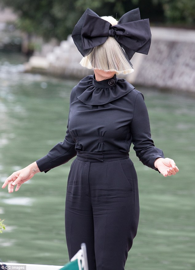 2BFE023E00000578-3224621-Bow_down_for_Sia_Publicity_shy_singer_keeps_up_the_charade_donni-m-3_1441591368093