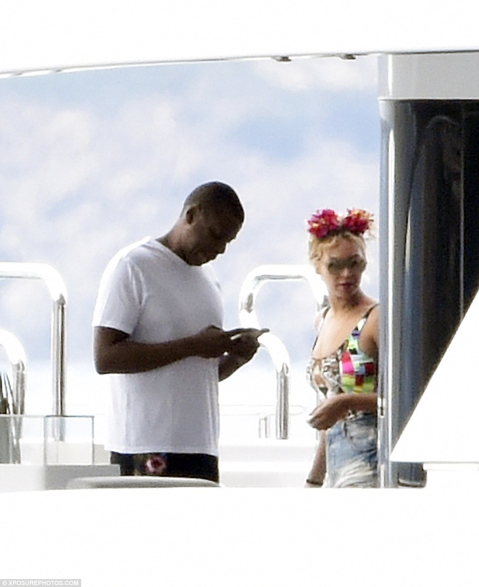 2C3873FD00000578-3231906-Tech_addict_Jay_Z_was_seen_checking_his_phone_as_he_joined_his_s-a-49_1442076509740