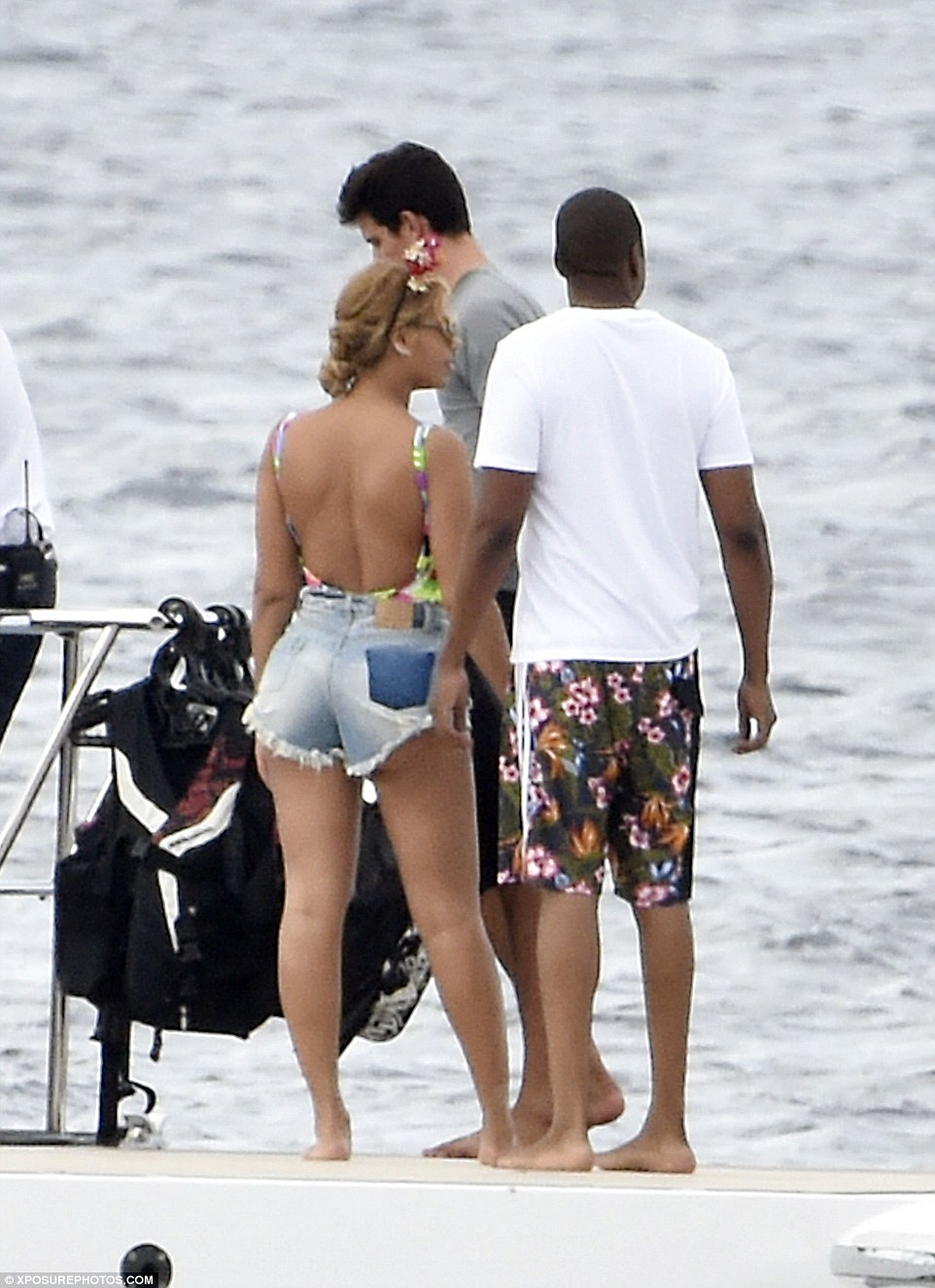 2C38749900000578-3231906-Cute_twosome_From_behind_Beyonce_cut_an_enviably_curvacious_shap-a-52_1442076509754