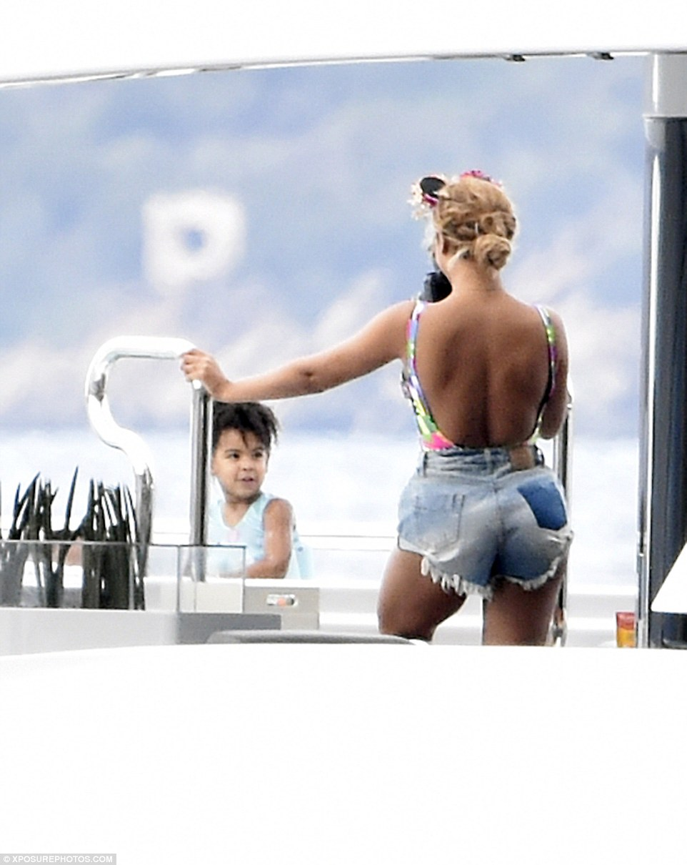 2C38754200000578-3231906-Smile_for_mummy_Blue_Ivy_was_seen_giving_cheesy_grins_to_her_mum-a-38_1442076509289