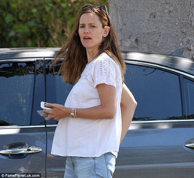 2D20EE2800000578-3261976-Having_fun_with_a_rumour_Jennifer_Garner_wore_a_maternity_style_-m-14_1444140074013