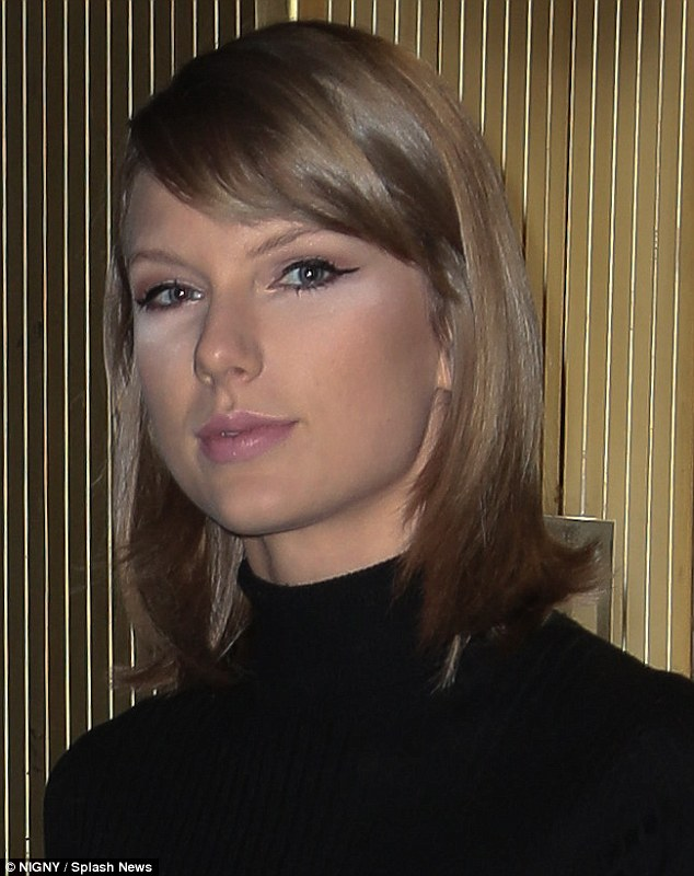 2D2F0C0800000578-3264499-Concealing_tired_eyes_TSwift_didn_t_appear_to_blend_her_conceale-m-1_1444294235029