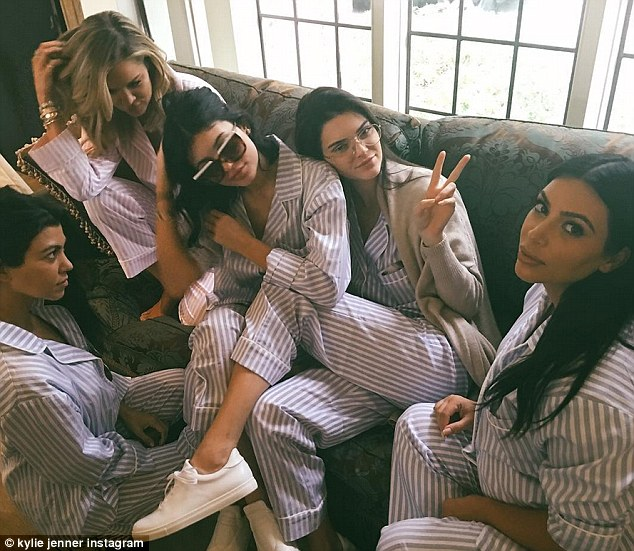 2DC5B78F00000578-3289518-Close_bond_Khloe_posed_with_the_Kardashian_Jenner_sisters_as_the-m-173_1445840300091