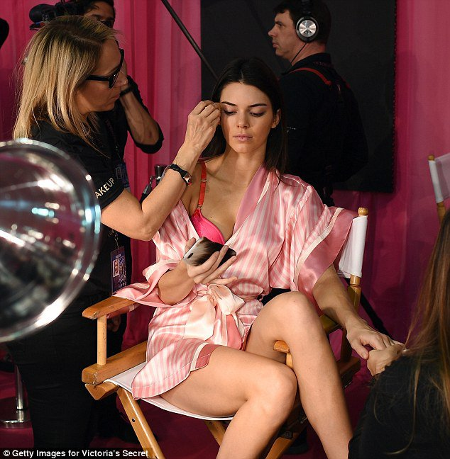 2E4F5BD000000578-3312177-Ready_for_her_close_up_Kendall_tapped_away_on_her_phone_as_she_h-m-79_1447175910407