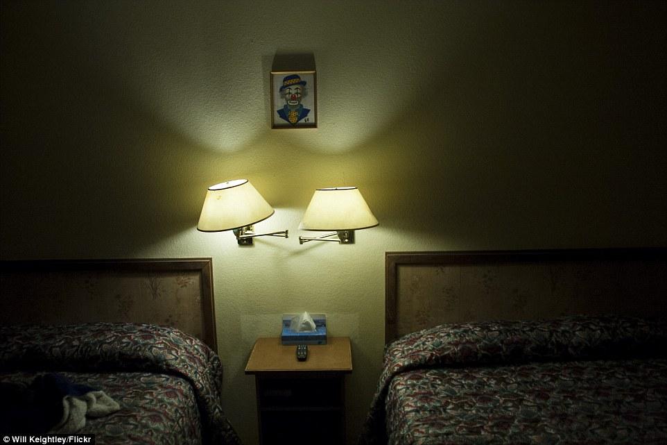 4-clown-hotel