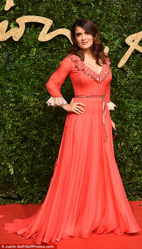 2EBE3C5D00000578-3330941-Stunning_Salma_Hayek_looked_old_fashioned_in_this_frilly_coral_n-m-90_1448310179600