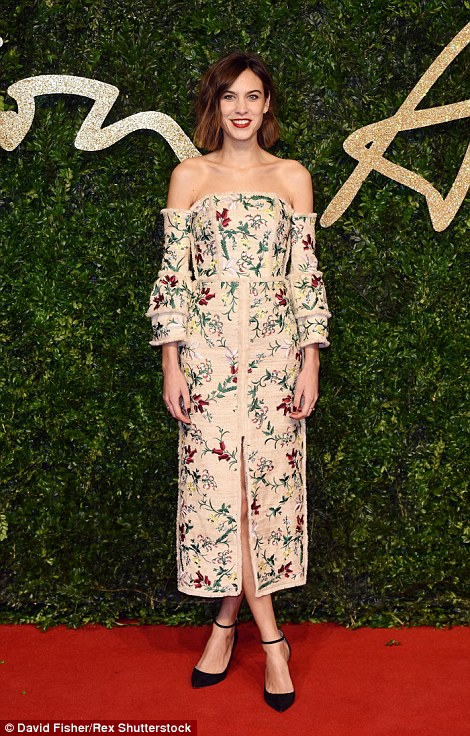 2EBE3FAA00000578-3330941-Fashionista_Alexa_Chung_took_a_gamble_that_didn_t_pay_off_with_t-a-99_1448310477789