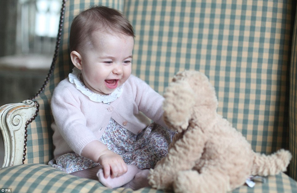 2EE6D3A600000578-3338238-Snapped_by_her_adoring_mother_the_Duchess_of_Cambridge_this_is_l-m-37_1448800851004