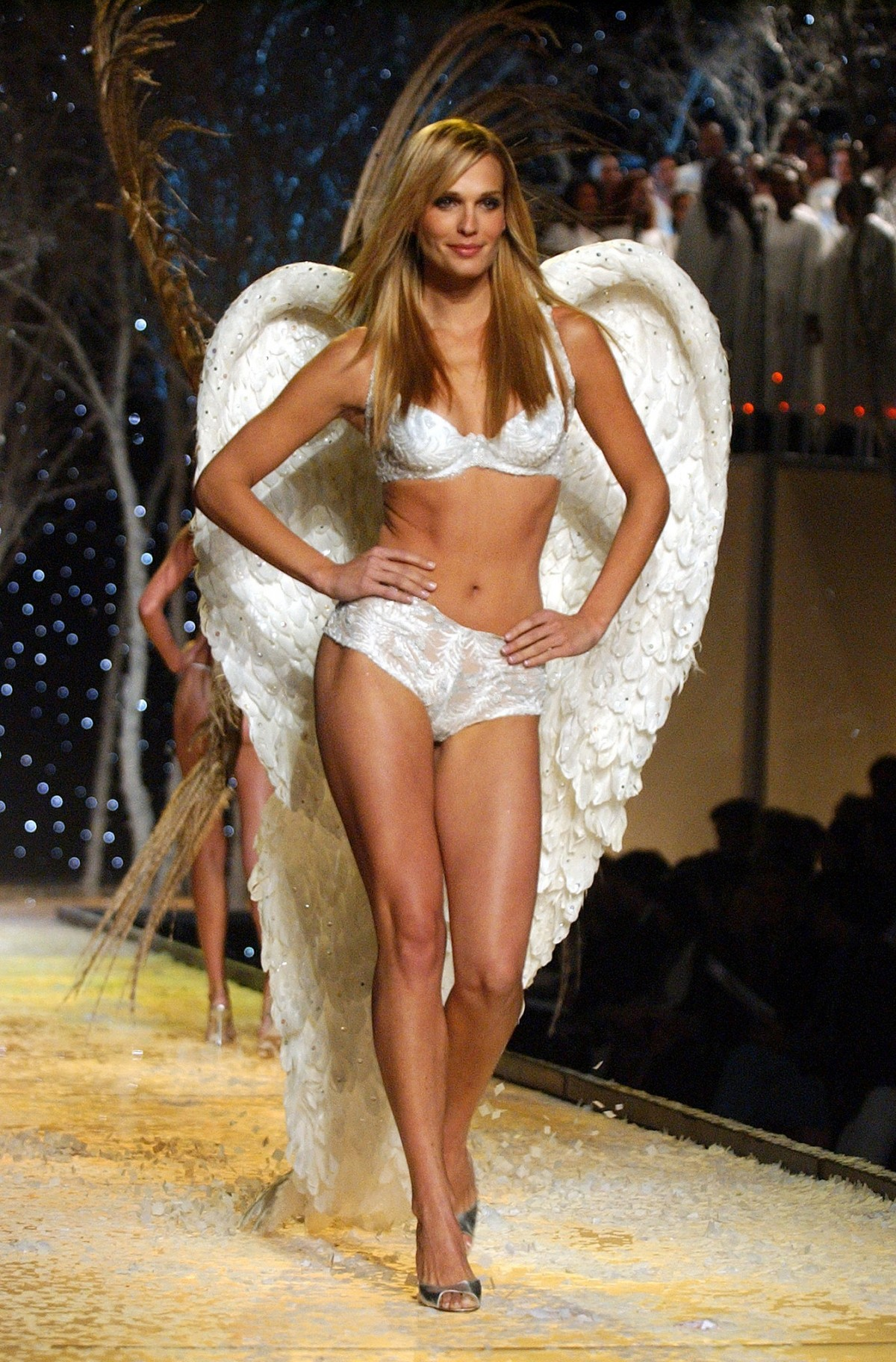 Molly-Sims-looked-every-bit-like-angel-2001-runway