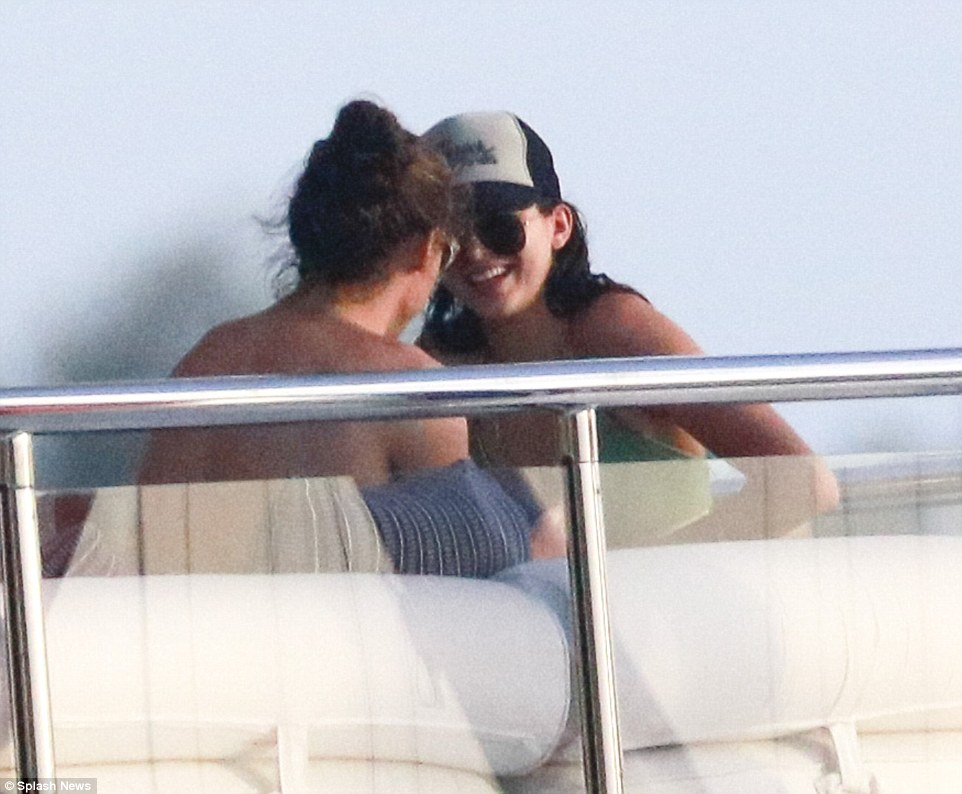 2FB55FA000000578-3380463-Back_together_Harry_Styles_left_and_Kenndal_Jenner_right_fuelled-a-29_1451583964550