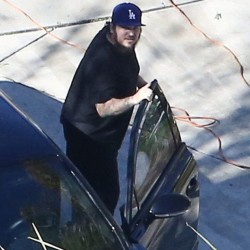 30D8915B00000578-3430500-Coming_out_of_hiding_Rob_Kardashian_is_pictured_on_an_outing_wit-m-29_1454528114367