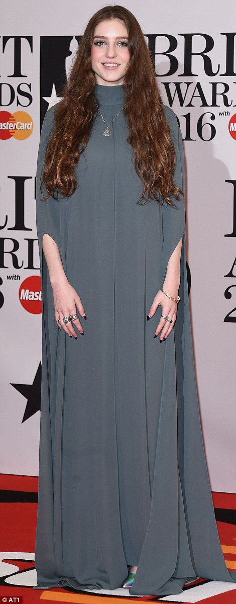 3185B03F00000578-3462539-The_singer_added_a_glimmer_of_sparkle_with_some_statement_rings_-m-3_1456350489014