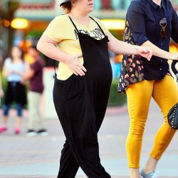 318EDABC00000578-3464322-Her_second_one_Kelly_Clarkson_was_seen_showing_off_her_pregnancy-a-1_1456431877147