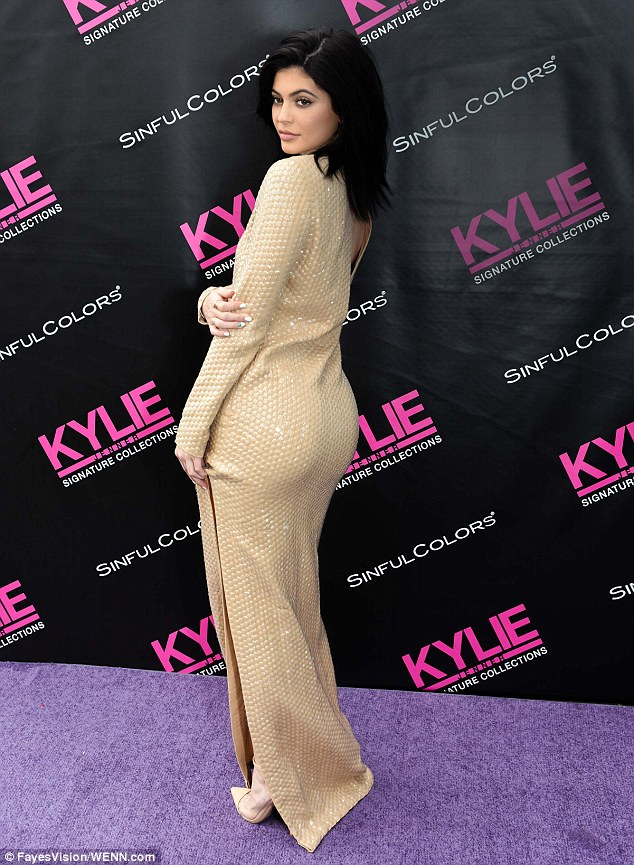 31A15D9600000578-3467555-The_Keeping_Up_With_the_Kardashians_reality_star_showed_off_her_-m-18_1456618879754